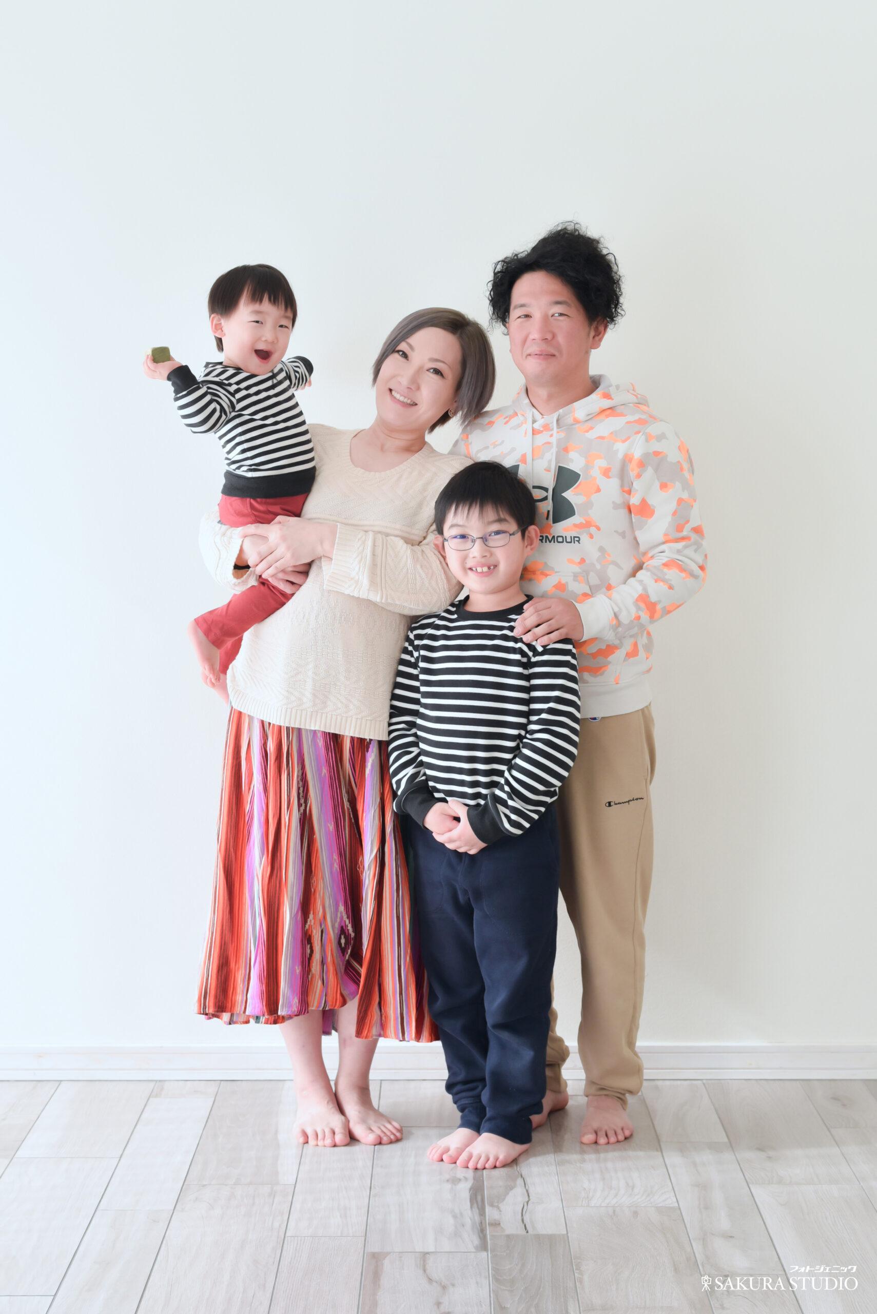 マタニティ 私服の楽しそうな家族写真 7歳と1歳の子供がいる