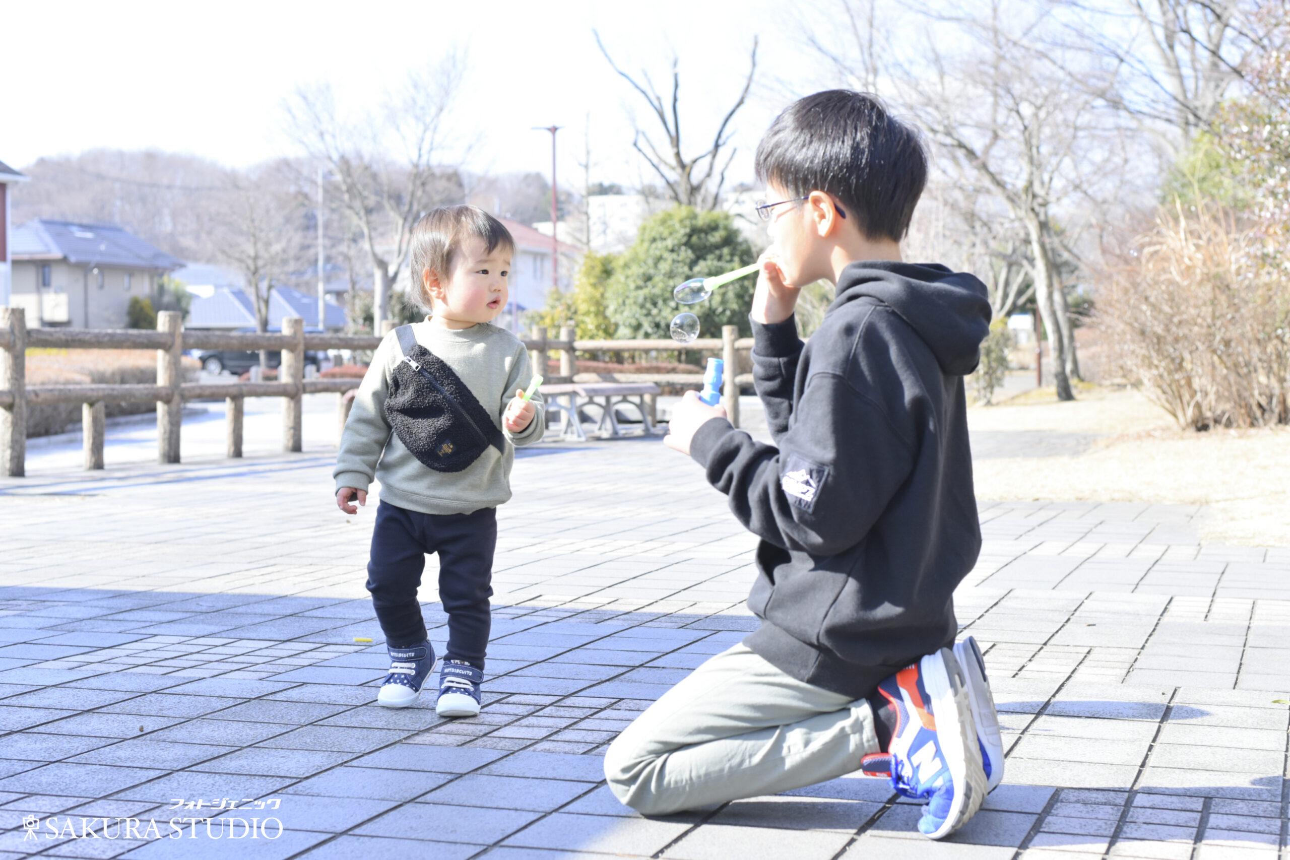 家族写真 ファミリーフォト 男の子 1歳 10歳 兄弟 おそろい フォトスタジオ フォトジェニックサクラスタジオ 宇都宮 写真