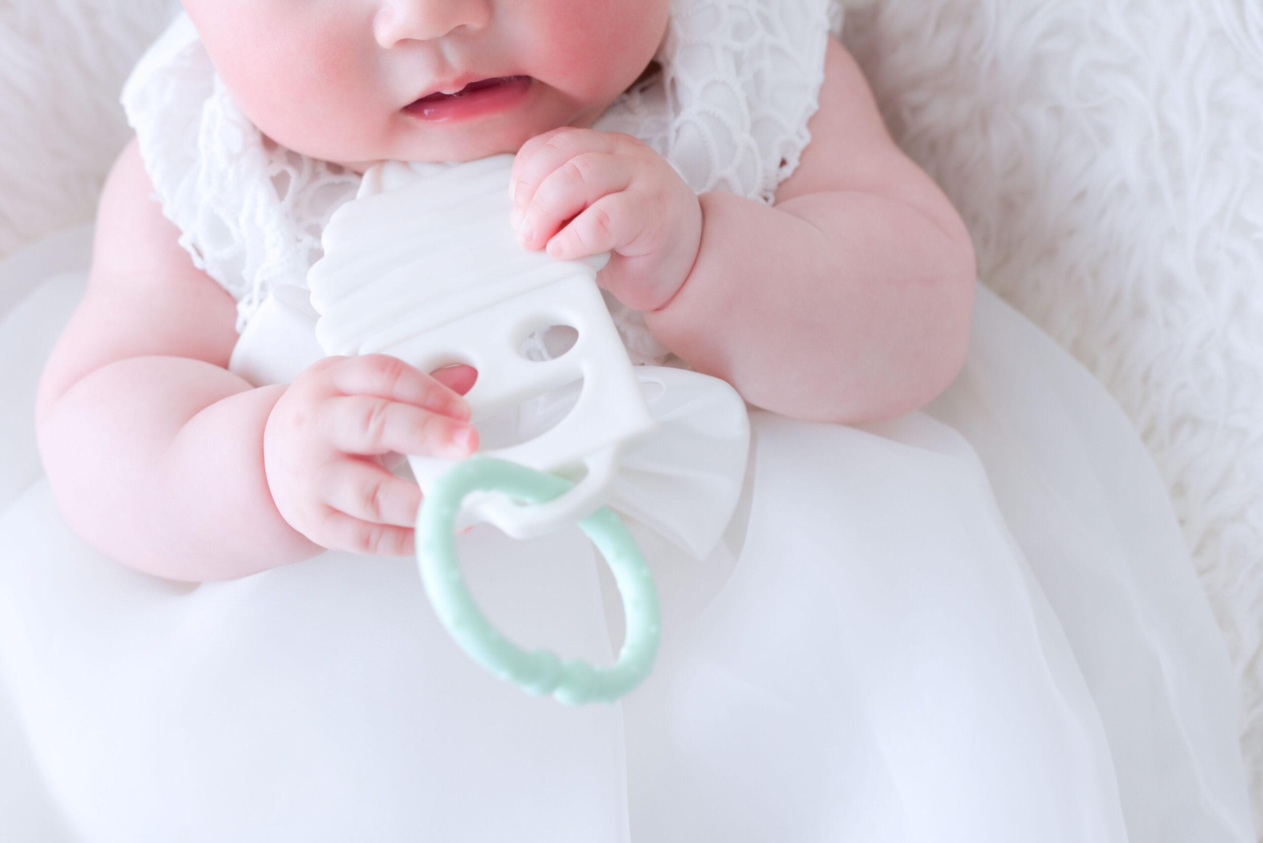 6ヶ月女の子写真 ハーフバースディ記念写真 噛み噛みしたいお年頃 そろそろ歯が生えてくる むちむちしていて可愛い