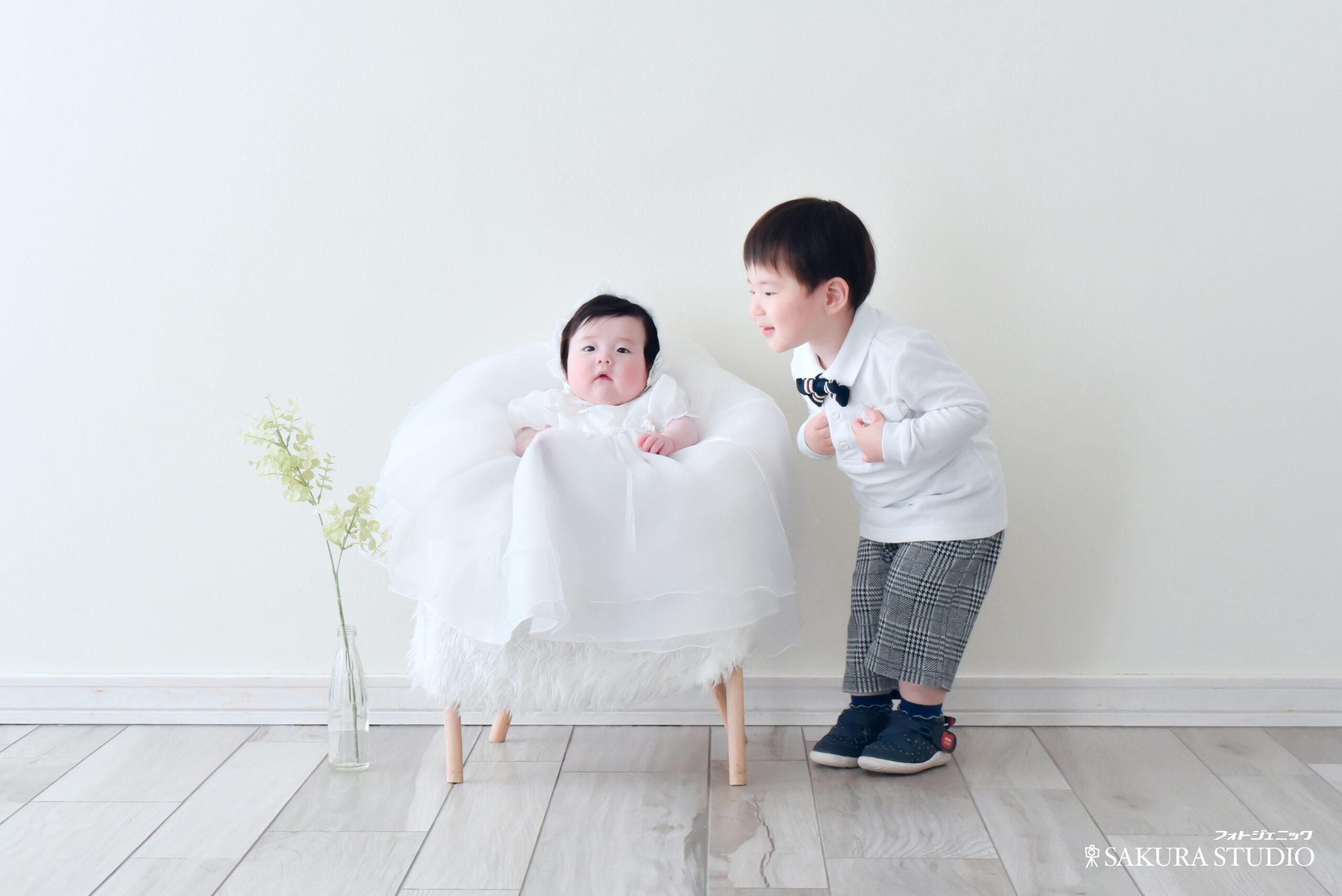 お宮参り写真 4ヶ月 女の子 産着 ベビードレス 兄妹 フォトスタジオ フォトジェニックサクラスタジオ