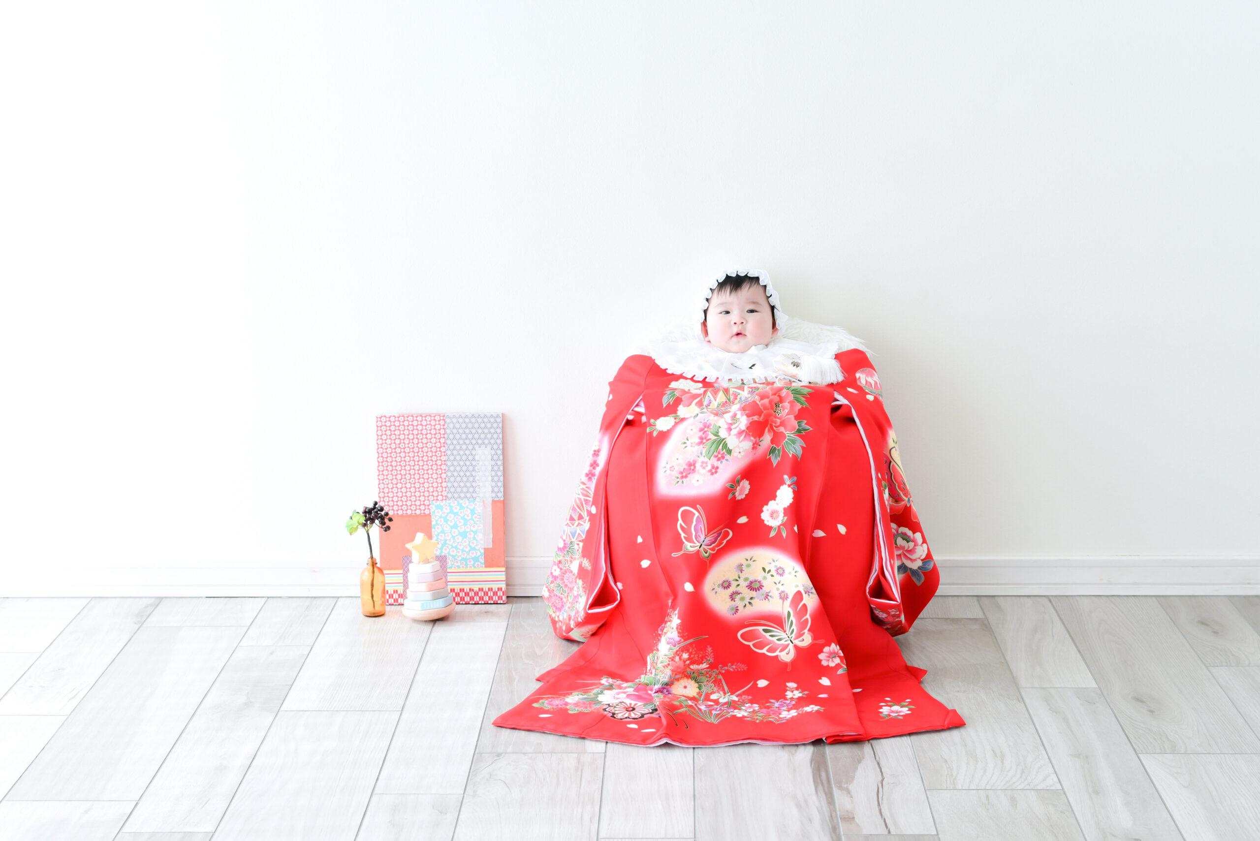 生後6ヶ月 赤ちゃん 女の子 持ってきてくれた掛け着 きれいな赤い色に可愛い和柄模様 フォトスタジオで撮影 宇都宮写真館 フォトジェニックサクラスタジオ