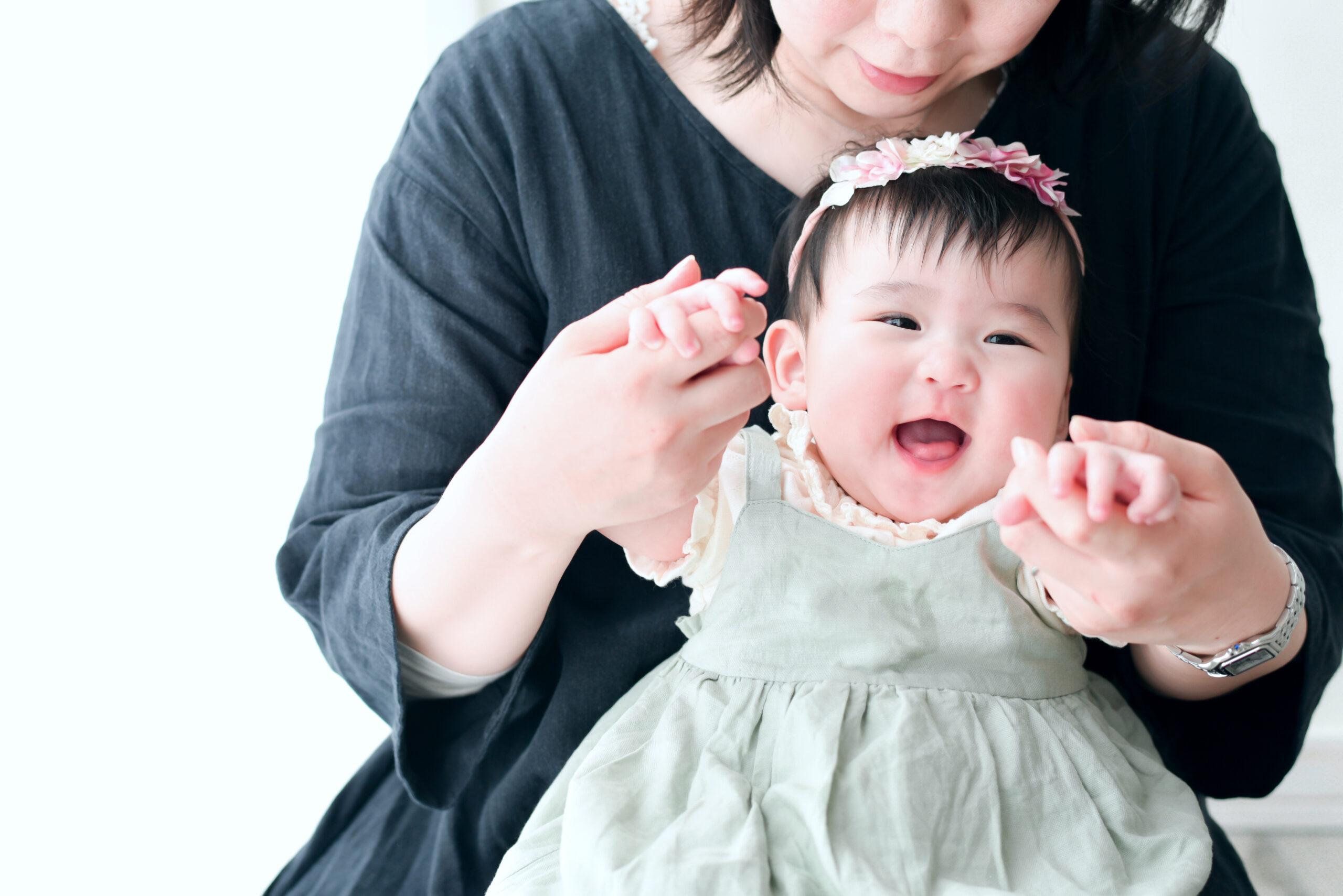 生後6ヶ月 赤ちゃん 女の子 ママのお膝に抱っこ ママとお手々をつないで遊ぼう いないいないばぁ! とても楽しそう フォトスタジオで撮影 宇都宮写真館 フォトジェニックサクラスタジオ