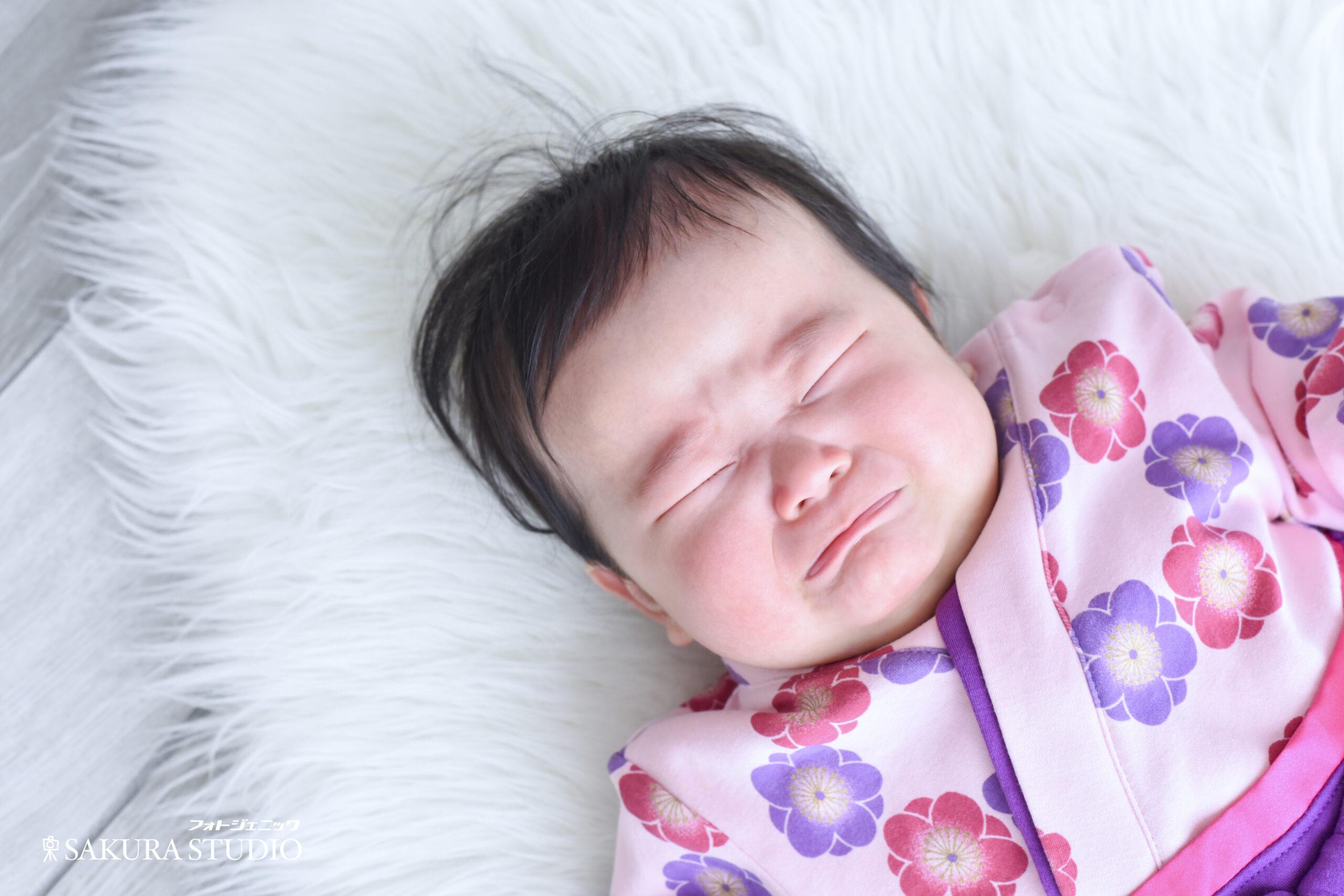 初節句 お雛様 女の子 8ヶ月 袴ロンパース ほっぺ 泣き顔 家族写真 宇都宮 写真館 フォトスタジオ フォトジェニックサクラスタジオ