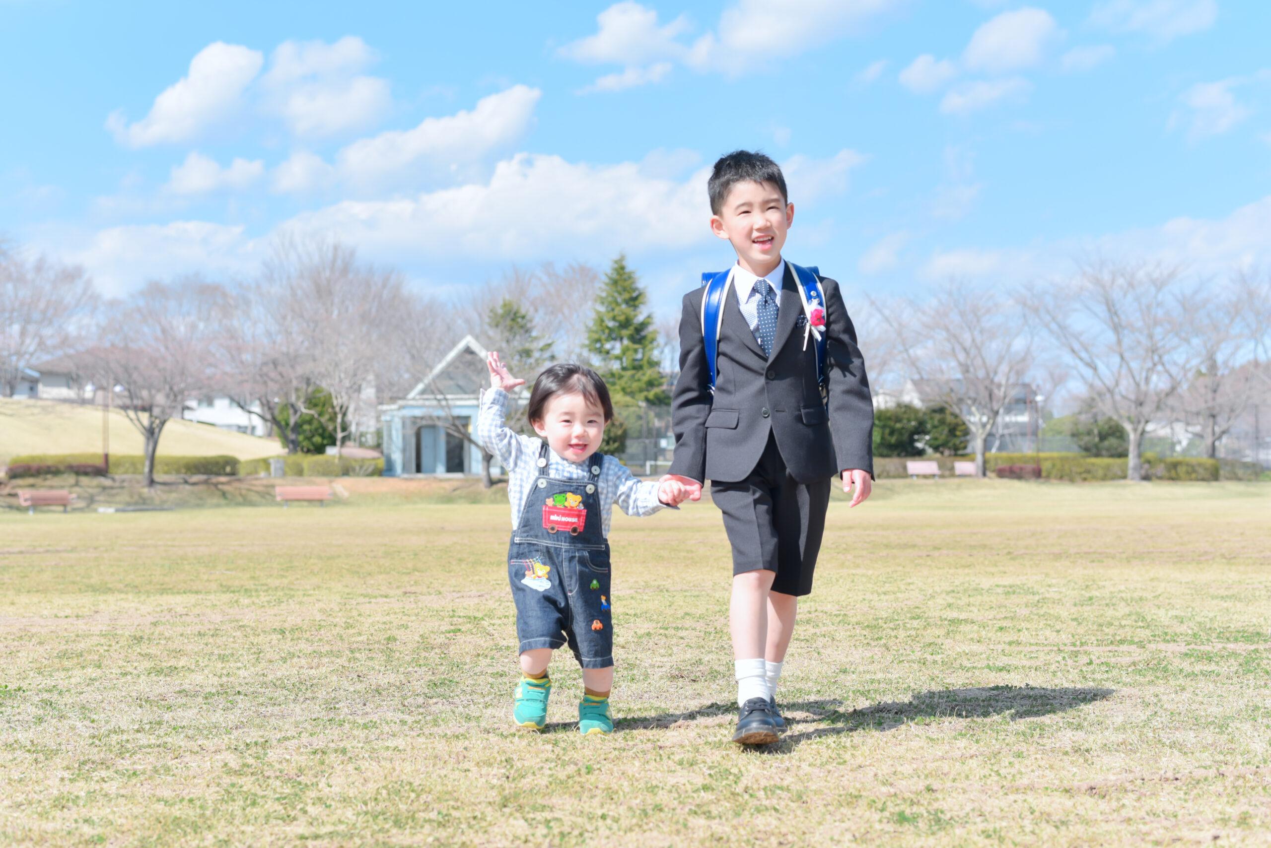 6歳男の子 小学校入学写真 ランドセルと写真 幼稚園卒業写真 おめでとう! 弟と一緒にハイチーズ