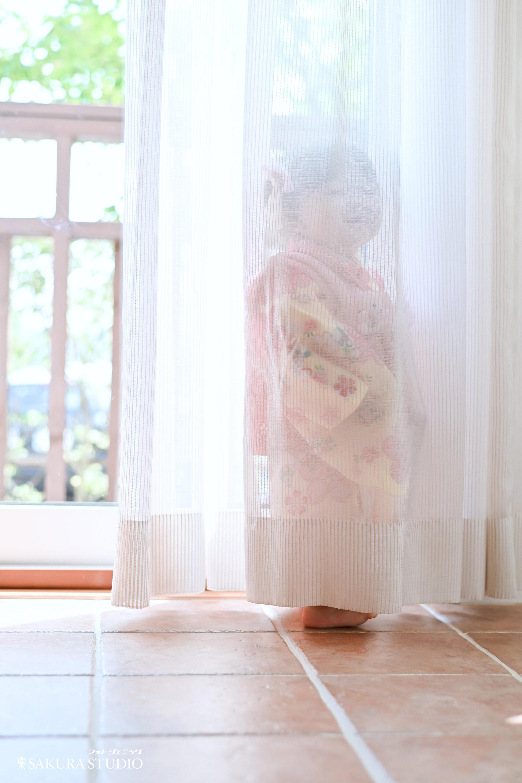 栃木 宇都宮 フォトスタジオ フォトジェニック フォトジェニックサクラスタジオ 七五三 3歳 着物 お被布 ドレス レンタル カメラマン ロケーションフォト かわいい 女の子 1歳 バースディ Birthday 着物レンタル 積み木 遊んでいる