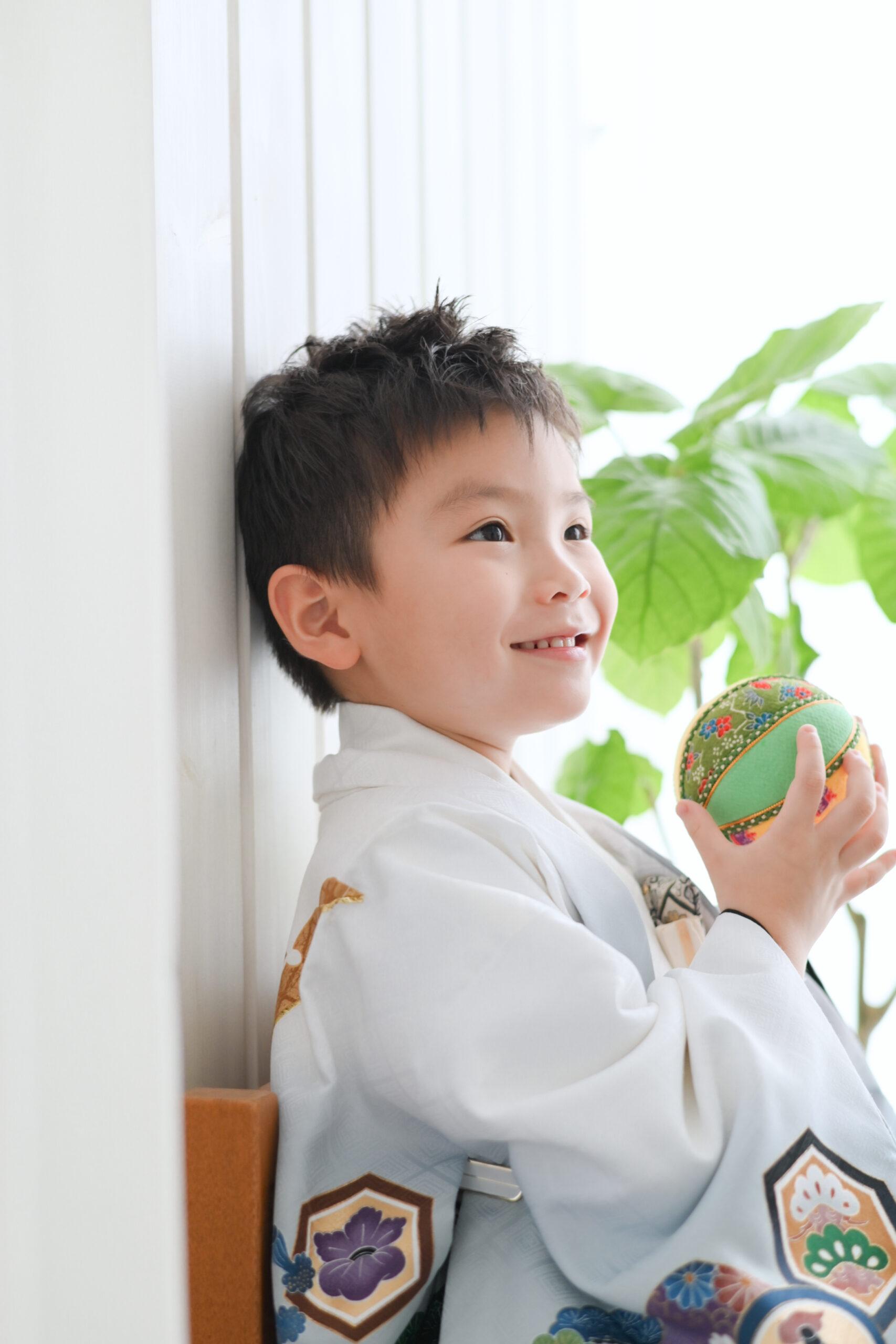 七五三撮影5歳の男の子がボールを持って笑ってる