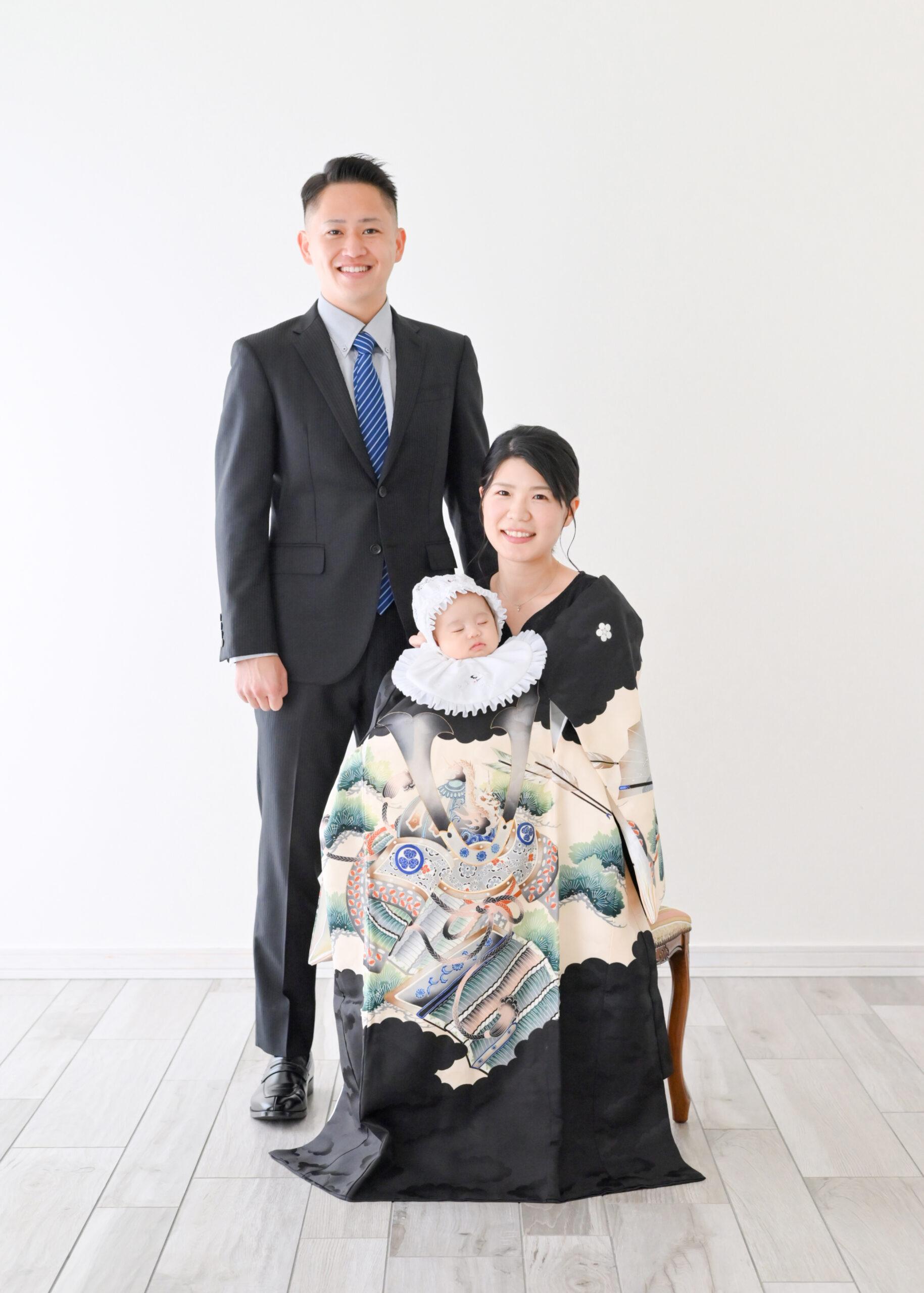 お宮参りの産着を羽織って家族写真