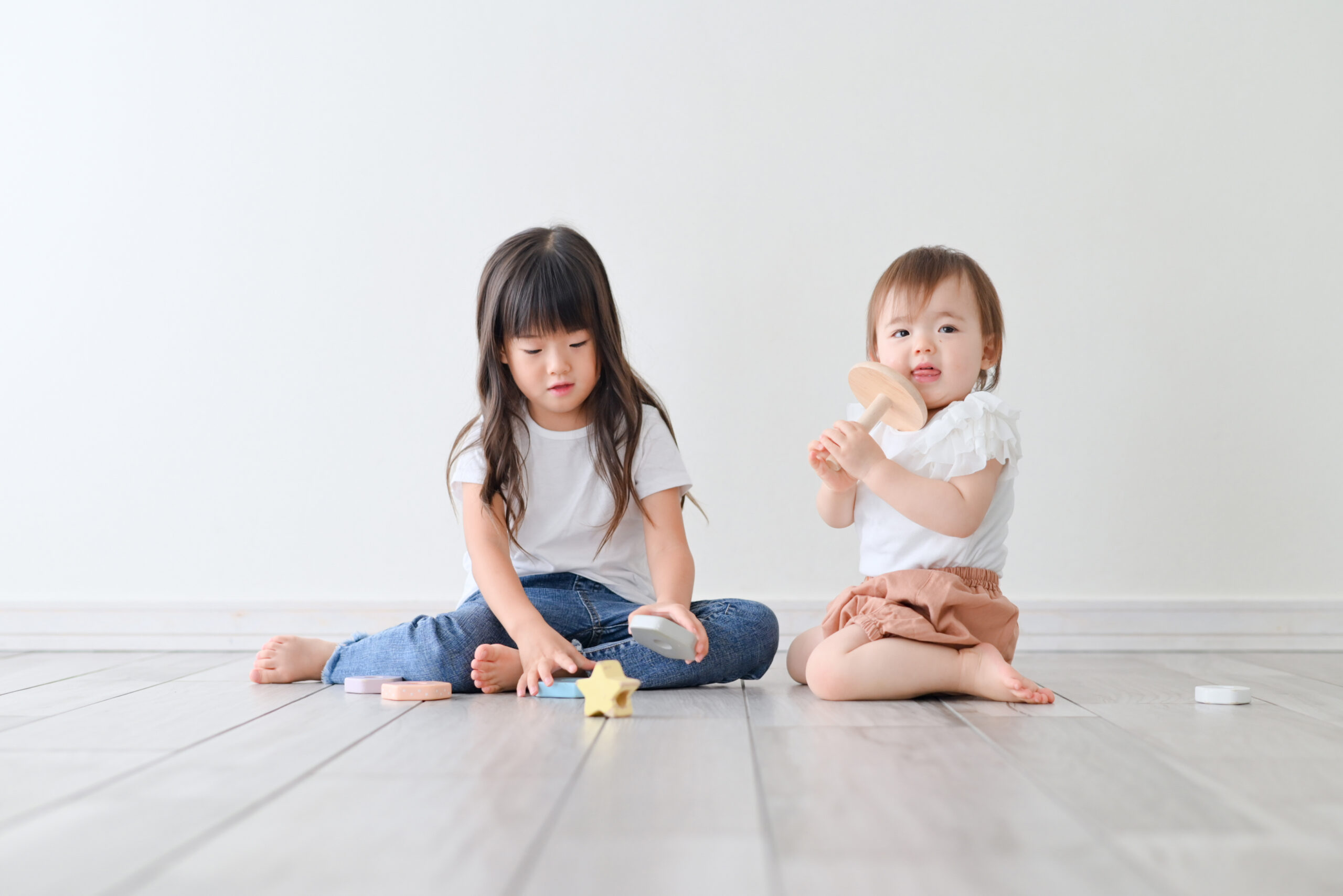1歳 誕生日 女の子 おめでとう 宇都宮フォトスタジオ フォトジェニックサクラスタジオ 姉妹写真 お姉ちゃんと遊ぶの楽しい