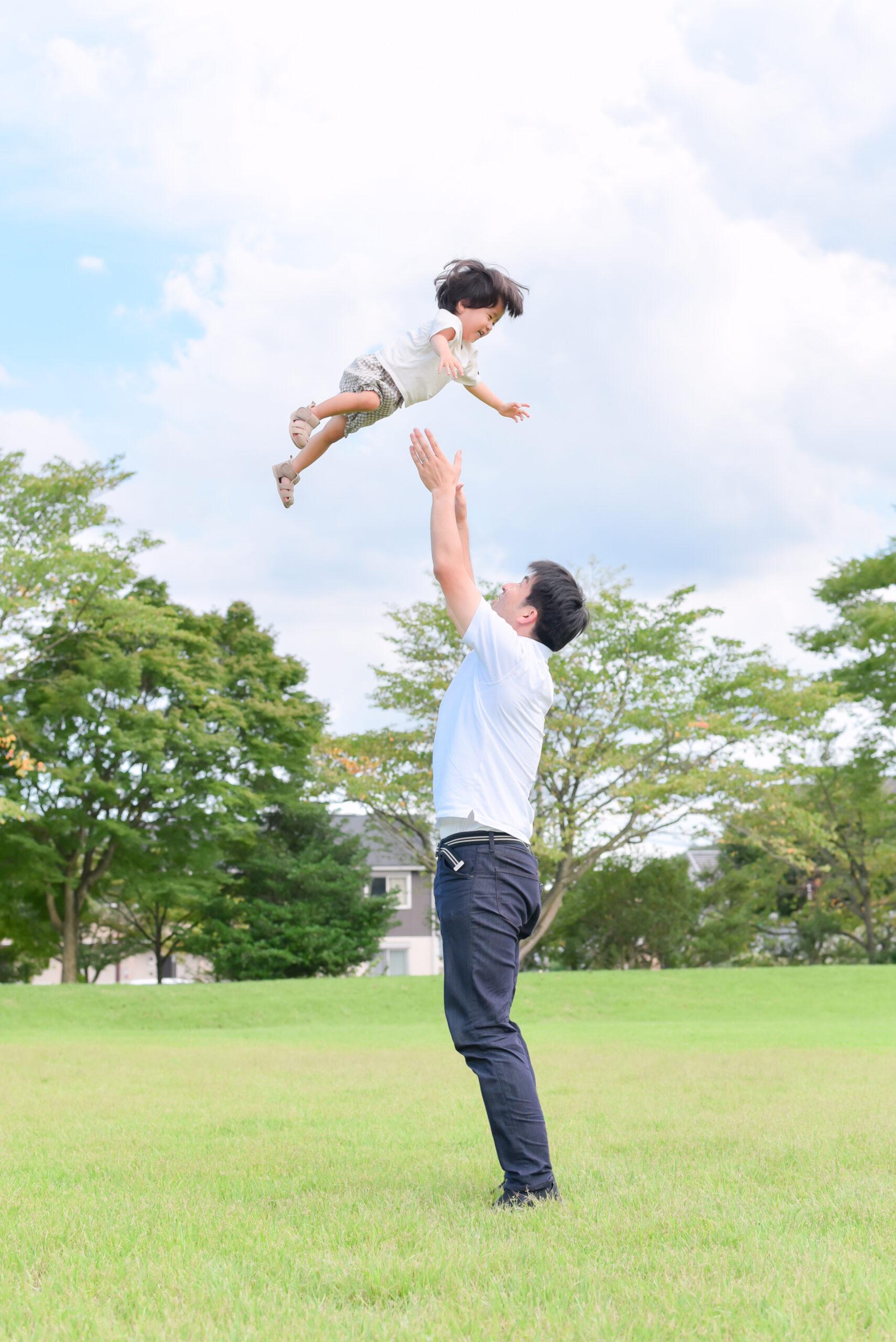 夏 公園 2歳 男の子 こども パパに高い高い 写真撮影 ロケーションフォト 宇都宮